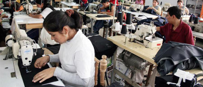 Trabajadores en una fábrica de confecciones en Bogotá.