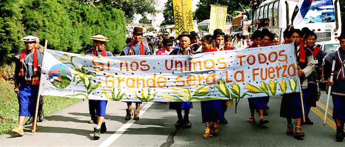 Marcha de indígenas de la etnia nasa en el Cauca.