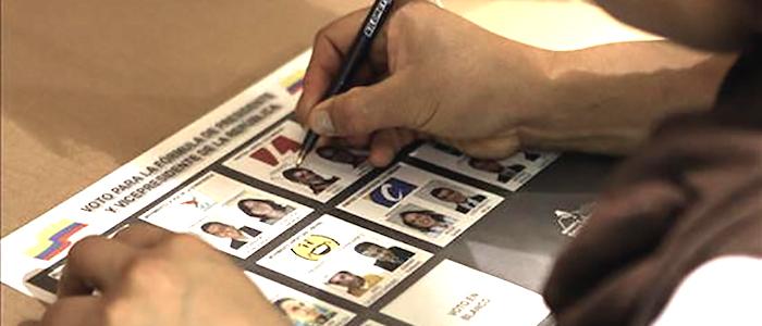 Votante asiste a la jornada electoral de elecciones locales 2015.