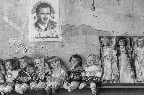 Publicidad de Bashar Al-Assad en una casa destruída en damasco, Siria.