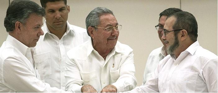 Saludo del Presidente Juan Manuel Santos y Timoleón Jiménez, ante el anuncio de la firma del acuerdo de Justicia Transicional.