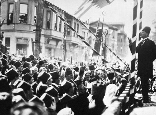 Mustafa Kemal Atatürk, primer presidente de Turquía se dirige a una multitud en la ciudad turca de Bursa.