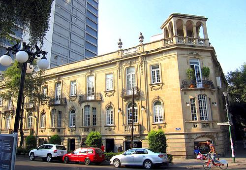 Una calle de la Colonia Roma en Ciudad de México, lugar de nacimiento de Fernando del Paso.