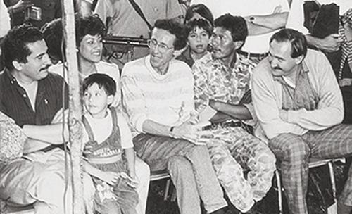 Antonio Navarro Wolf y otros miembros del M-19 durante los acuerdos con el gobierno de Belisario Betancourt.