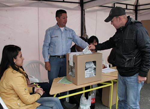 Mediante el plebiscito se busca que los ciudadanos aprueben o desaprueben una decisión.
