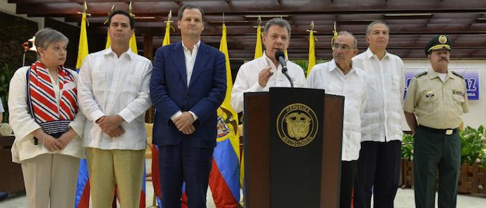 El Presidente Juan Manuel Santos junto al equipo negociador del Gobierno en La Habana.