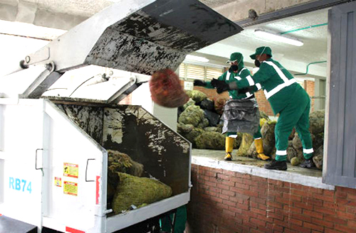 Recolección de residuos orgánicos en Plaza de Mercado bogotana.