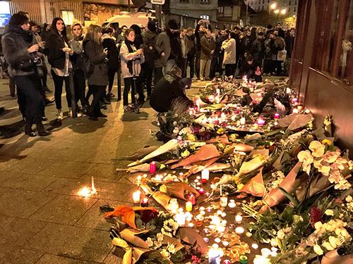Ofrendas florales en el suburbio parisino de Saint-Denis a las víctimas de los ataques del 13 de noviembre.