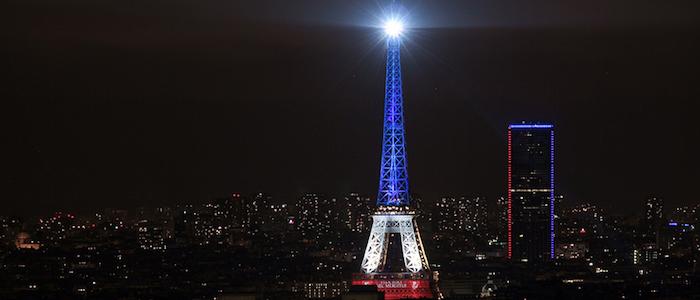 Iluminación de la Torre Eiffel en París en homenaje a las víctimas de los atentados del 13 de noviembre.