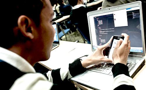 Usuario de nuevas tecnologías durante el AppsCamp del Ministerio TIC.