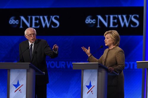 Los candidatos a la Presidencia Bernie Sanders y Hillary Clinton en el último Debate Presidencial Demócrata.