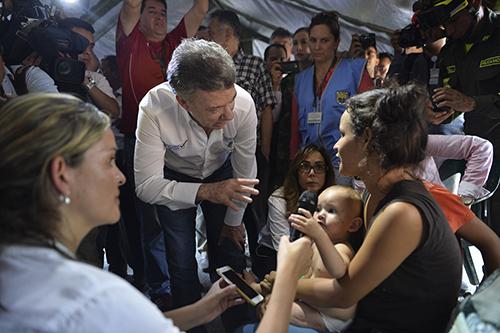 El Presidente Santos en uno de los albergues para ciudadanos colombianos deportados en Cúcuta.