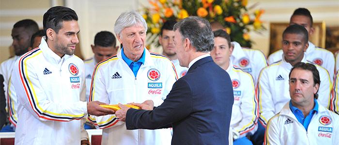 El Presidente Santos le entrega al DT José Pékerman y al delantero Radamel Falcao.