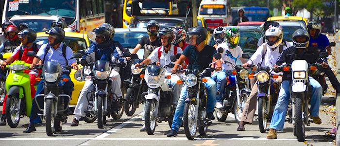 Flujo vehicular de motos en una calle de Medellín.