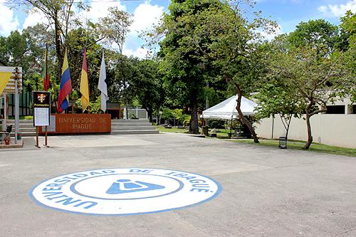 Patio de banderas de la Universidad de Ibagué.
