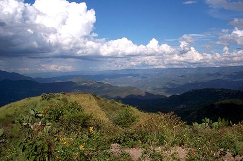 Diversos pueblos indígenas como los Tarahumara y los Huicholes habitan la Sierra Madre Occidental mexicana.