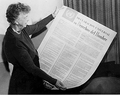 Eleanor Roosevelt con la edición en español de la Declaración Universal de los Derechos Humanos en 1949.