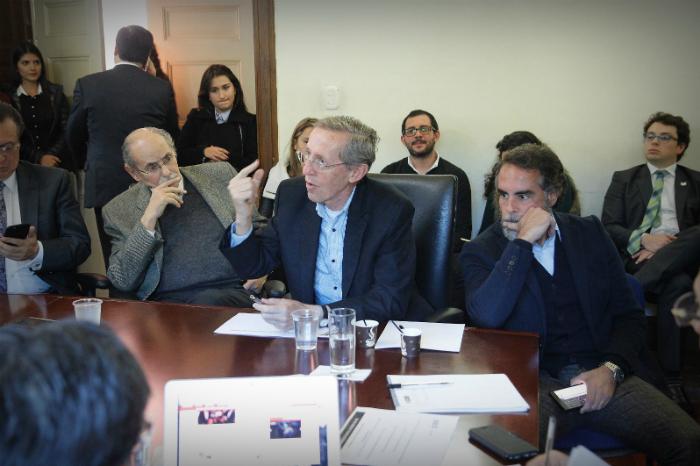 Mesa de diferentes miembros de partidos políticos.