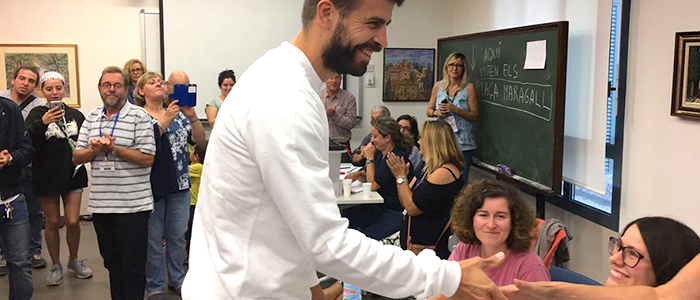 Futbolista, Gerad Piqué, haciendo uso del voto.