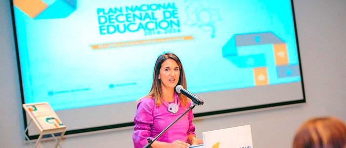 Ministra de educación, Yaneth Giha, presentando el Plan Nacional Decenal de Educación 2016-2026.