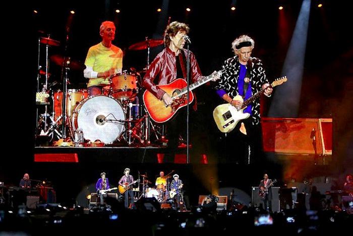 Mick Jagger y su banda en concierto