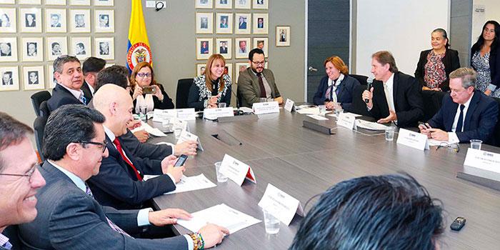 Mesas de organización para debates en torno al salario mínimo.