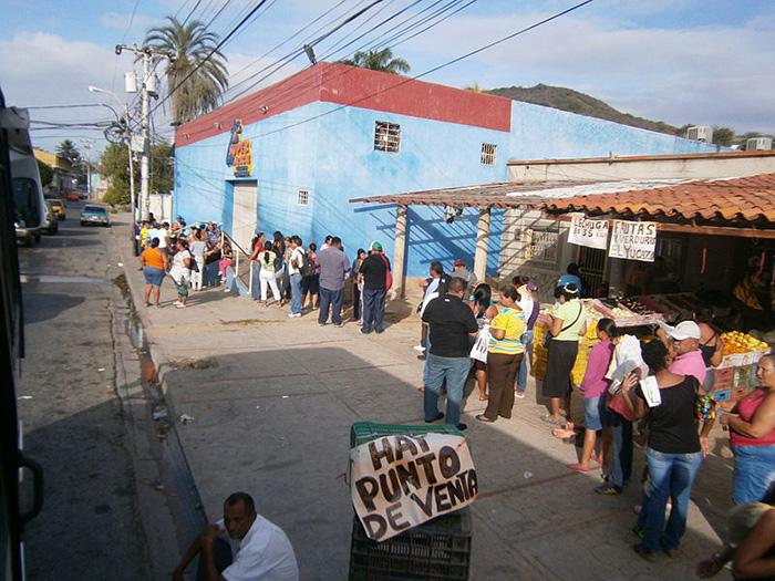 Filas para los supermercados en Venezuela.