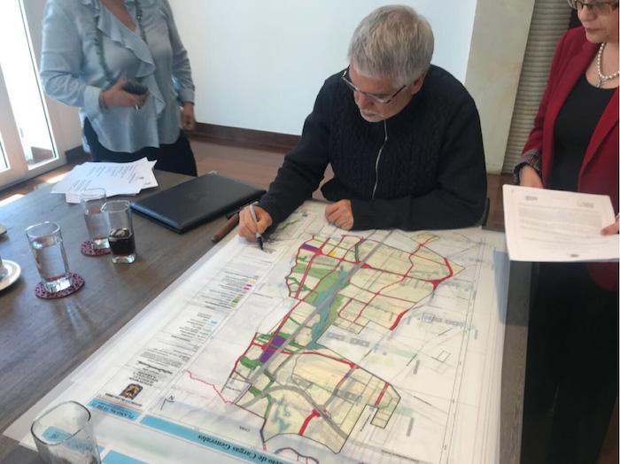 El alcalde Peñalosa firmando