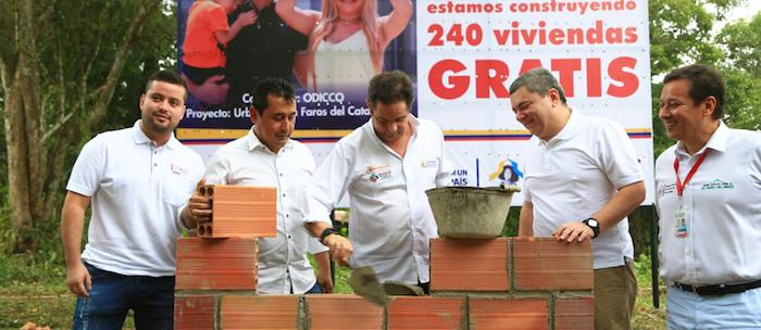 Germán Vargas construyendo viviendas.