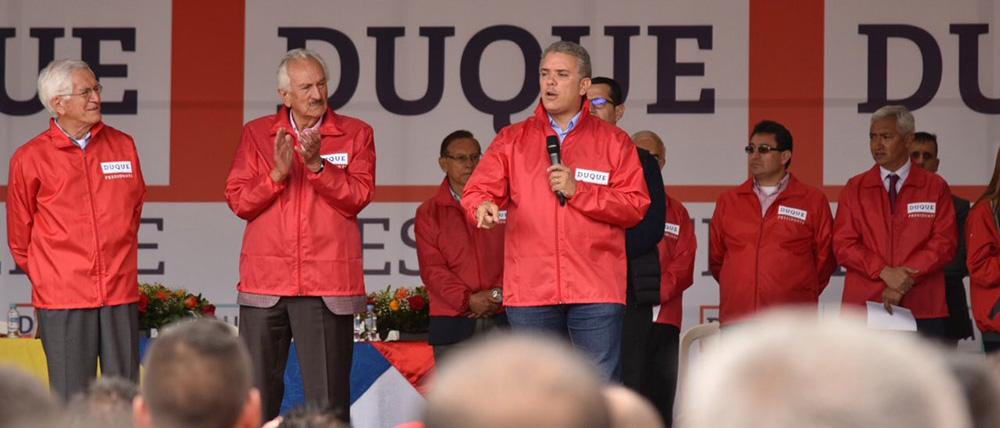 Iván Duque dando un discurso.