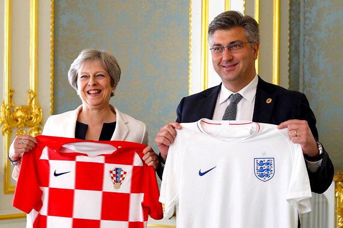 Primer Ministra de Inglaterra Theresa May con la camiseta de la selección inglesa.