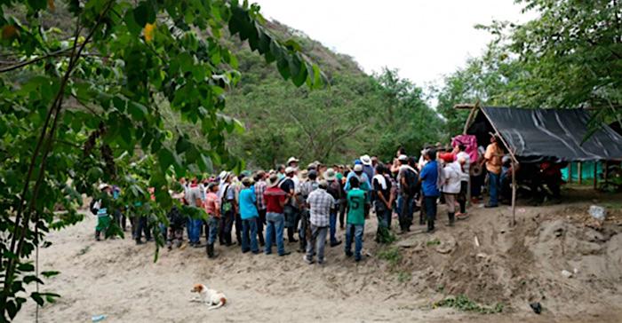 Habitantes del Cauca discutiendo sobre la violencia que azota a su región.