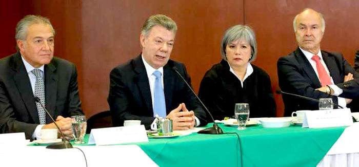 Miembros de a JEP con el presidente Juan Manuel Santos.