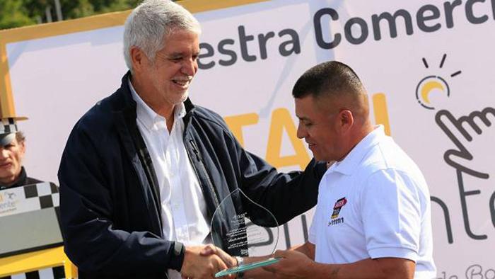 Alcalde Enrique Peñalosa junto a un taxista.