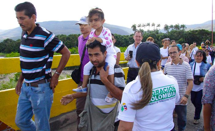 Migrantes Venezolanos yendo hacia Colombia.