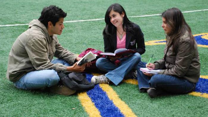 Estudiantes de Universidad Pública.