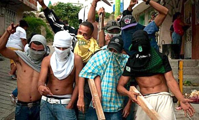 Muchos jóvenes son los que portan armas blancas.
