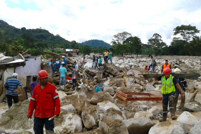 Bomberos en desastre de Mocoa