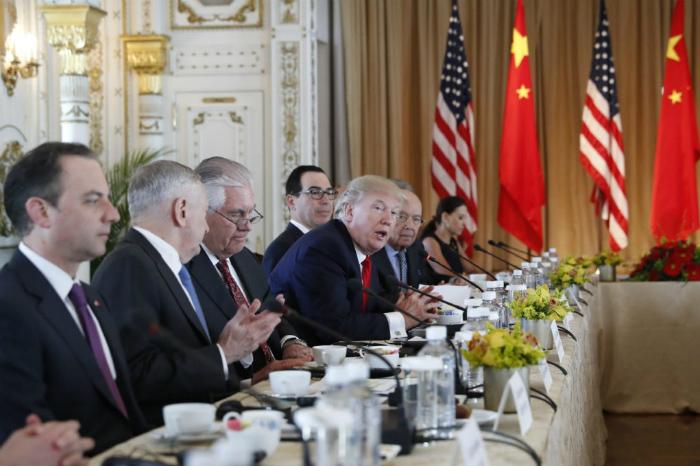 Los desacuerdos comerciales entre Estados Unidos y China afectan el precio del dólar.