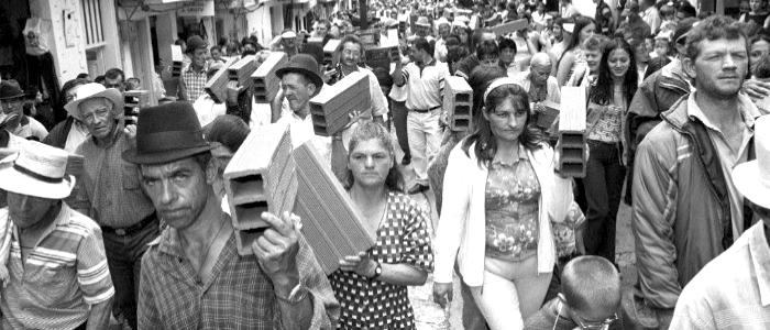 Marcha de los ladrillos, Granada, Antioquia 2001. Jesús Abad Colorado.