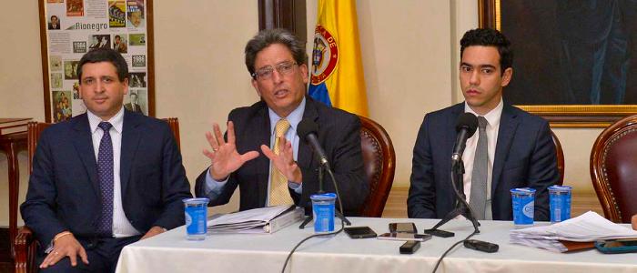 Ministro de Hacienda y funcionarios explicando la Ley de financiamiento.