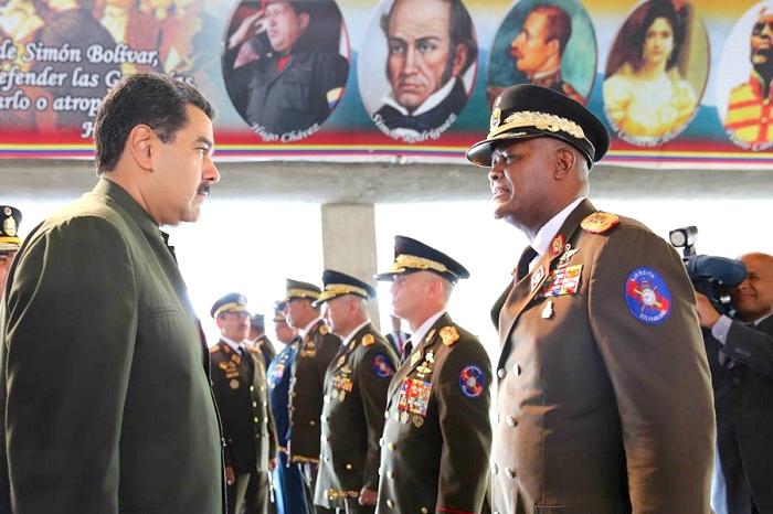 El mejor ejemplo del lugar de las fuerzas armadas en el gobierno es el ministro de defensa