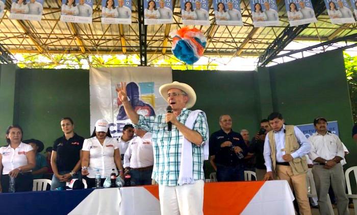 Uribe habla de la flexibilización del porte de armas para los ganaderos que se sienten amenazados.