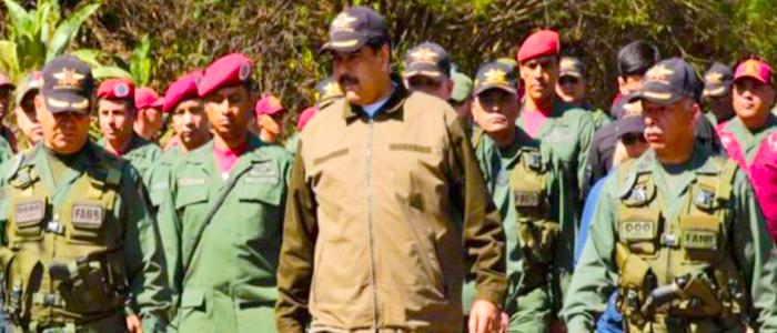 Nicolás Maduro con militares venezolanos