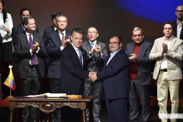 Juan Manuel Santos y Rodrigo Londoño en la firma del acuerdo de paz del teatro Colón.