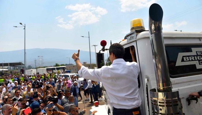 Juan Guaidó a bordo de un camión.
