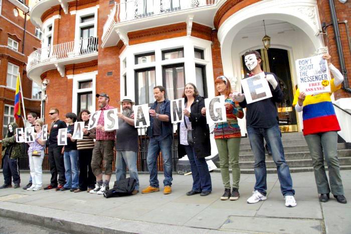 Manifestación a favor de la libertad de Julian Assange cuando empezó su estadía en la embajada de Ecuador en UK.