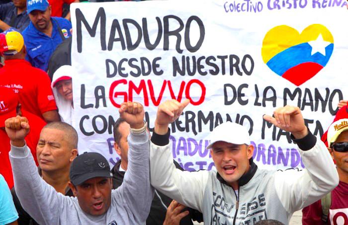 Miembros de los colectivos sociales en manifestación.