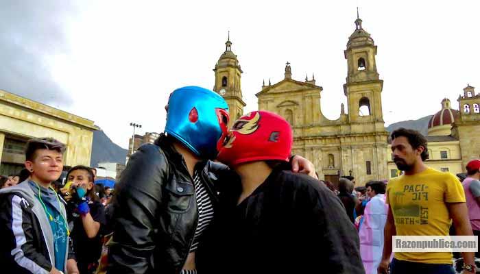 Beso en marcha gay