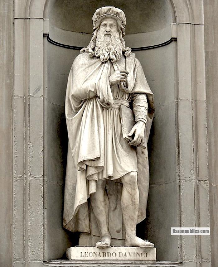 Estatua de Leonardo Da Vinci en Florencia.